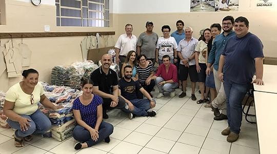 Primeiro lote de alimentos foi entregue a entidades assistenciais de Adamantina, com a presença do empresário Emerson Caires (Cabeludo Eventos), autoridades, entidades beneficiadas e colaboradores (Foto: Siga Comunicação).