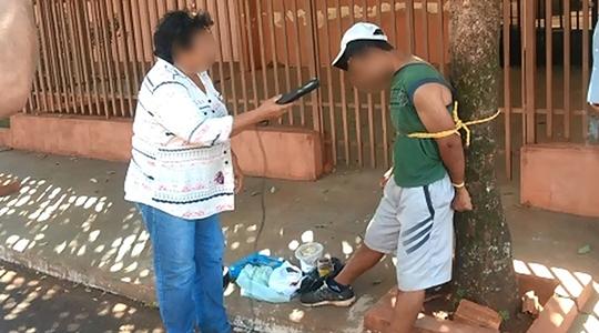 Após furto, homem foi amarrado por moradores junto a uma árvore e depois levado à polícia, onde permaneceu preso à disposição da Justiça (Acervo Pessoal).