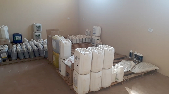 Ao final da operação, Polícia Militar Ambiental apreendeu 1.022 litros e 183 quilos de agrotóxicos (Imagens/Cedidas/PM Ambiental).