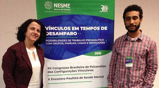 Professora Ana Vitória e o graduando Leonardo apresentaram o trabalho sobre a construção e funcionamento da Rede Promover Vida, que atua na promoção de saúde, prevenção do suicídio e outras violências (Imagem: Acervo Pessoal).