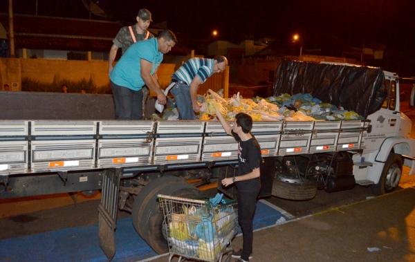 Parte dos alimentos arrecadados já era transportada para caminhão, no Recinto Poliesportivo, com destino ao Fundo Social de Solidariedade (Foto: Maikon Moraes).