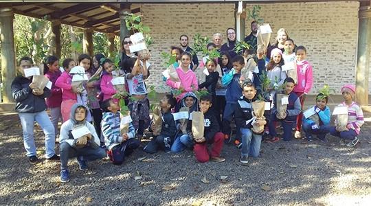 Crianças ganharam uma muda durante atividade realizada em comemoração à Semana do Meio Ambiente (Fotos: Da Assessoria).
