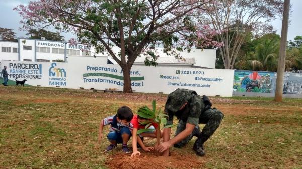 Crianças fizeram plantio de árvore, em solenidade comemorativa da Polícia Militar Ambiental (Foto: Divulgação/PM Ambiental).