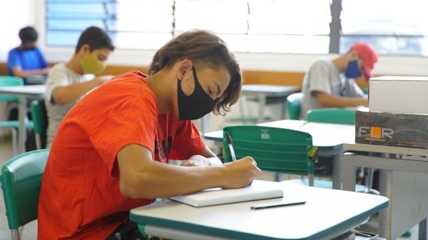 Distanciamento de um metro com revezamento entre os alunos, conforme a capacidade física das escolas, será mantido até o fim do mês, decide Governo de SP (Foto: Seduc/SP).