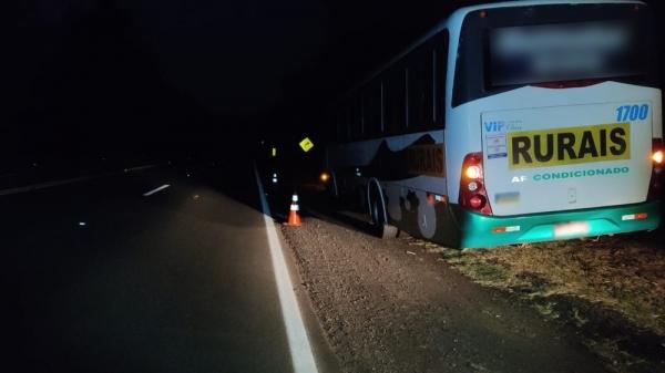 Ônibus envolvido no atropelamento do pedestre (Foto: PM Rodoviária).