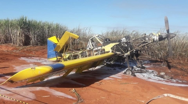 Avião foi encontrado em chamas, em meio a um canavial, na zona rural de Junqueirópolis. Polícia investiga o caso (Foto: Renan Monteiro/TV Oeste Diário).
