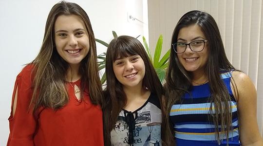 Maria Eduarda (ao centro) foi classificada em 1º lugar, Maria Gabriela (à esquerda) em 70º e Maria Fernanda em 78º das 100 vagas disponíveis para a Turma 6 do curso de Medicina da UniFAI (Foto: Daniel Torres).