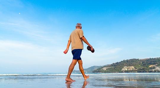 Idosos que têm o hábito de fazer atividades ao ar livre devem preferir os horários com temperatura mais amenas, usar protetor solar e bonés (Pixabay).