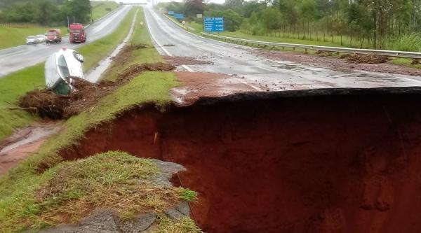Trecho da Rodovia Marechal Rondon, em Botucatu, destruído pelas chuvas (Reprodução/G1).