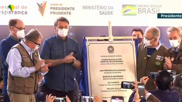 Presidente Bolsonaro descerra placa comemorativa ao credenciamento do Hospital ao SUS (Reprodução/TV Brasil).