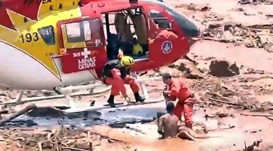 Equipe dos Bombeiros faz resgate de mulher, em meio à lama da barragem que se rompeu (RecordTV Minas).