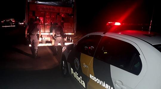 Abordagem a caminhão com carga de contrabando foi feita pela equipe de Apoio Operacional do Policiamento Rodoviário de Adamantina (Foto: Cedida/PM Rodoviária)