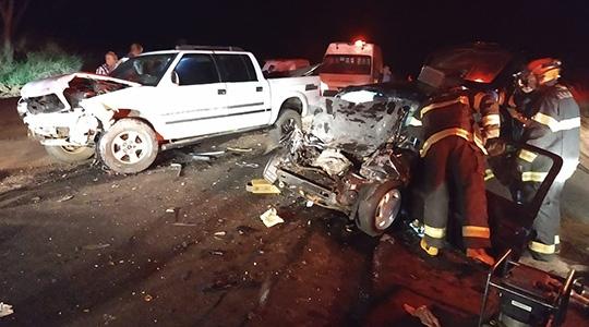 Uma caminhonete e um carro de passeio colidiram-se frontalmente, resultando em uma morte e uma vítima gravemente ferida (Foto: Cedida/PM Rodoviária).