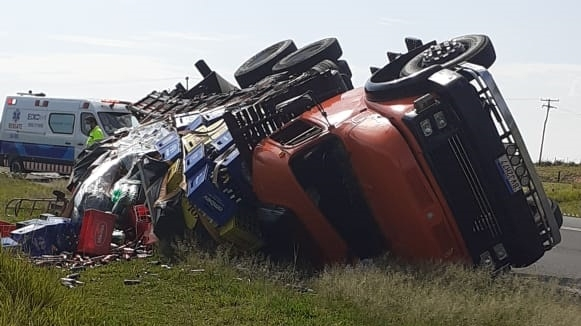 Caminhão levava carga de bebidas (Reprodução/Visão Notícias).