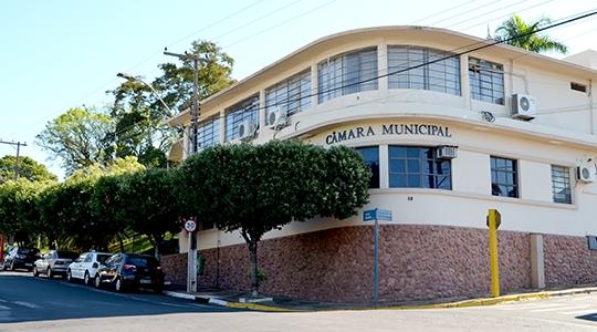 Pedidos de processo de cassação do mandato do prefeito, protocolados na Câmara Municipal de Lucélia, aguardam despacho do presidente do Poder Legislativo (Foto: Siga Mais).