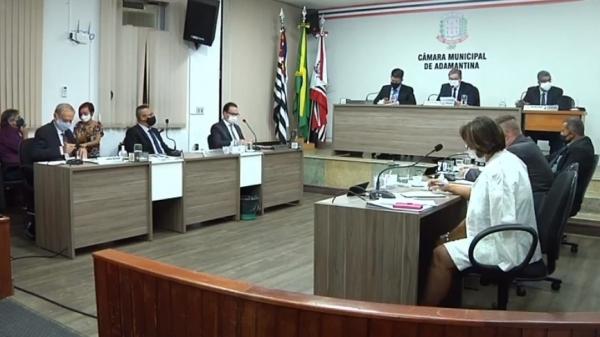 Sessão é transmitida ao vivo, em vídeo, pela fanpage da Câmara Municipal (Reprodução).