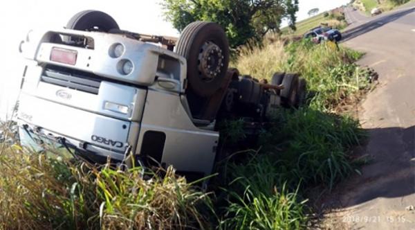 Caminhão tomba após motorista estacionar, para verificar pneus (Foto: Reprodução/Nivaldo Fernandes).