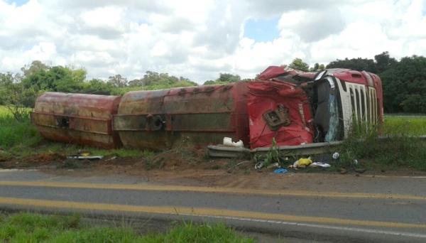 Caminhão levava carga de óleo vegetal com destino ao Porto de Paranaguá (Fotos: Rádio Metrópole / Cristiano Nascimento).