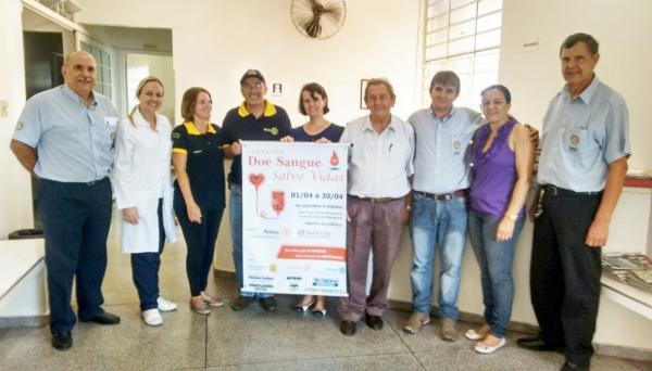Rotarianos e equipe do Banco de Sangue durante campanha realizada em anos anteriores (Assessora de Imprensa/Rotary).