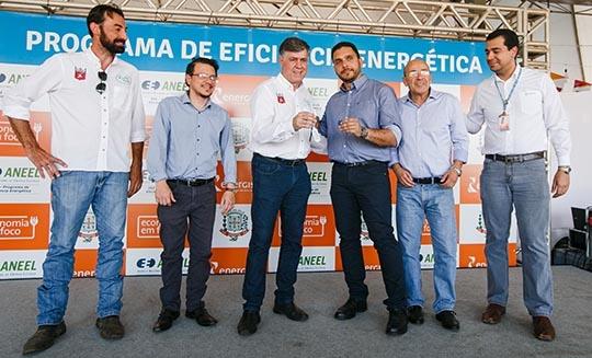 Entrega das chaves dos veículos para os representantes do município e UNIFAI (Da Assessoria).