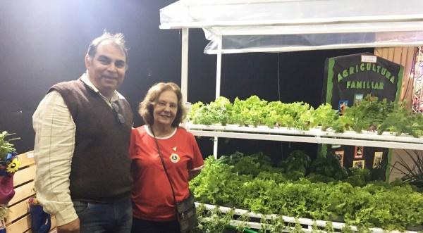 Diretor Ricardo Mendes com a companheira do Lions Clube, Regina Célia Junqueira, durante exposição do projeto Horta Educativa na 28ª ExpoVerde (Foto: Assessoria de Imprensa do Lions Clube).