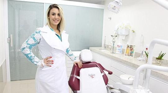 Dra. Ana Maria Savi Abrahão lidera a equipe multiprofissional da Clínica Savi Odontologia & Saúde Integrada (Imagens: Divulgação).