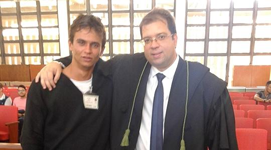 Jackson Bergamini, absolvido pela justiça pela tese da legítima defesa, e o advogado Alexandre Ramenzoni, ao final da sessão do Tribunal do Júri, no Fórum de Adamantina (Cedida).
