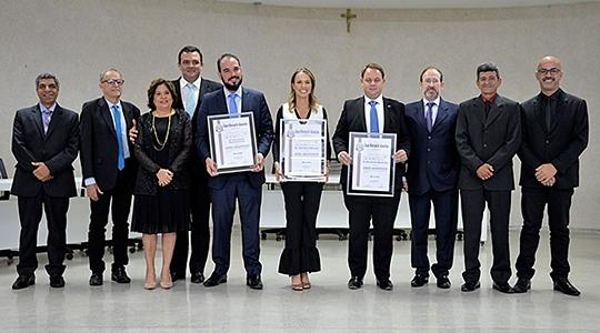 Os três juízes homenageados e os vereadores da Câmara Municipal de Adamantina presentes à solenidade (Fotos: Milton Ura).
