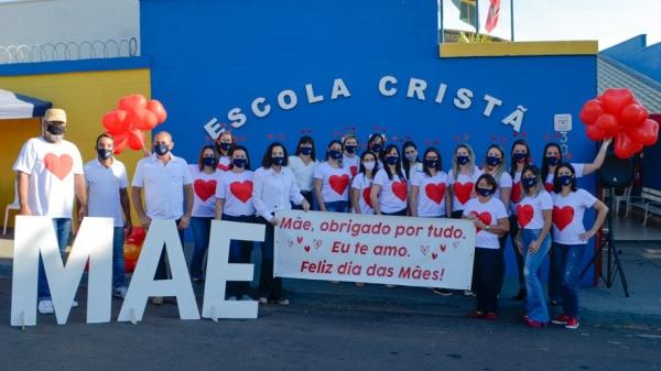 Equipe da Escola Cristã se mobilizou neste sábado para homenagear as mães, com evento no formato drive thru (Fotos: Maikon Moraes/Siga Mais).