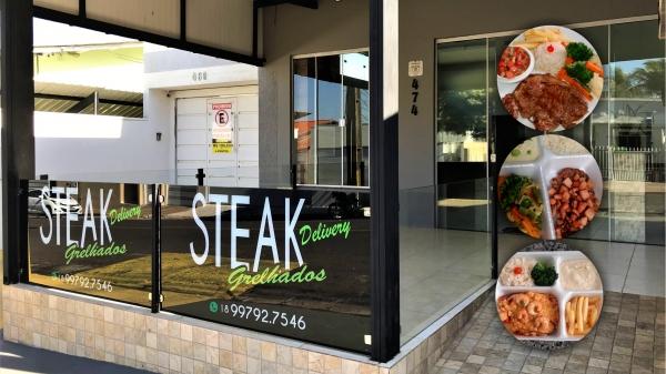 Steak Grelhados atende de segunda a sábado na rua Joaquim Nabuco, 474, centro de Adamantina, com delivery ou retirada no local. Faça os pedidos das 10h às 13h30 (Arte/Siga Mais).