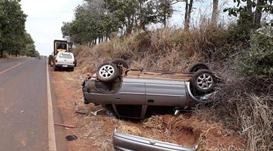 Carro capotou em rodovia vicinal, tendo o motorista, de 26 anos, socorrido em estado leve (Reprodução/Junqueirópolis em Dia).
