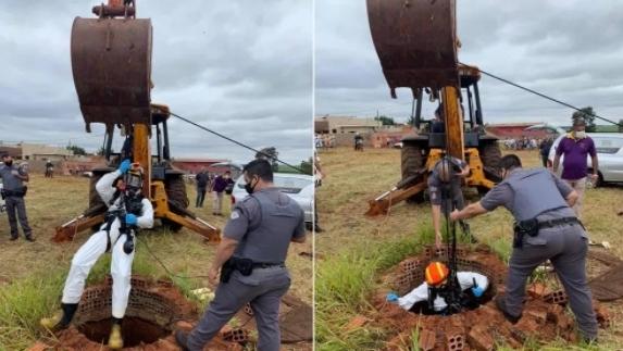 Corpo foi retirado do poço por homens do Corpo de Bombeiros, com apoio de retroescavadeira (Foto: Polícia Civil/Divulgação).