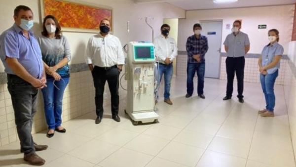Representantes da Usina Caeté e da Santa Casa, na entrega oficial do equipamento de hemodiálise ao hospital (Divulgação).