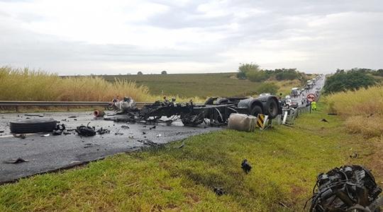 Caminhão ficou completamente destruído. Motorista morreu, bem como o condutor de um dos ônibus envolvidos no acidente (Foto: Luizinho Andretto/ Coisas que só Acontecem em Jaú).