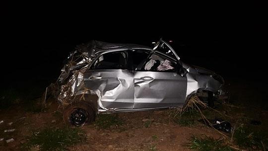 Carro que foi roubado ficou totalmente destruído no acidente. Motorista morreu e passageiro teve ferimentos graves. Caso será investigado pela Polícia (Foto: Cedida/PM Rodoviária).
