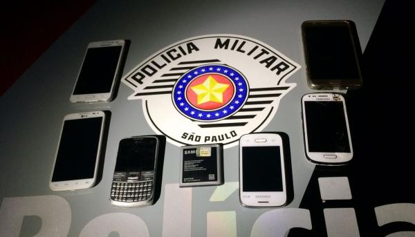 Seis aparelhos celulares foram recuperados pela Polícia Militar, após furtos no recinto poliesportivo (Foto: Cedida/PM).