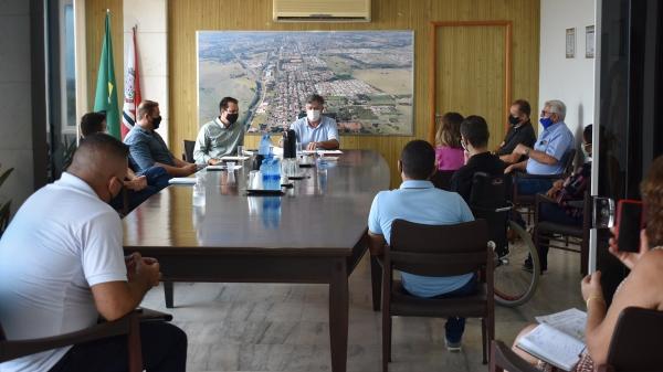 Durante o encontro, foram apresentadas ainda ideias para inclusão de equipamento urbano que integra lixeira, bancos e os canteiros centrais, bem como melhorias na parte do trânsito da cidade (Da Assessoria).