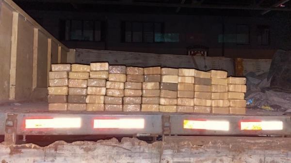 Droga era levada em meio a uma carga de pedra gusa (Cedida/Polícia Civil).