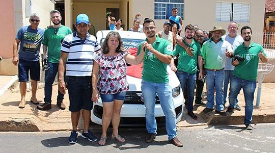 Maria Aparecida Silva Morais, de Iacri, recebeu em sua casa seu veículo Fiat Mobi zero quilômetro, da promoção Cliente Feliz Cocipa (Fotos: Site Bastos Já).