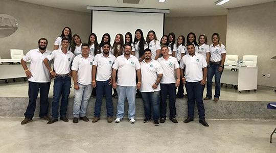 Comissão organizadora da 13ª Semana Acadêmica posa para foto ao final do evento (Foto: Priscila Caldeira).