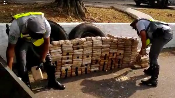 Droga era levada em quatro pneus. Carregamento foi descoberto pela Polícia Militar Rodoviária, em Adamantina (Divulgação/PM Rodoviária).