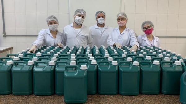Alunos de Farmácia na produção de produtos de prevenção à Covid-19 (Acervo Pessoal).