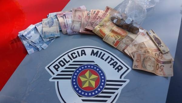 Dinheiro levado pelo adolescente assaltante foi recuperado pela Polícia Militar (Foto: Cedida/PM).
