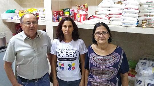 Presidente do IAMA, Adevalter Longuini, com as funcionárias da entidade, Márcia e Cida, ressaltam que recursos foram aplicados na compra de alimentos e despesas com RH (Assessoria de Imprensa/IR do Bem).