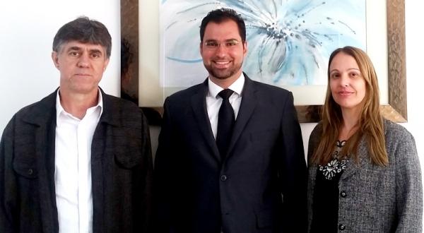 Diretor geral da FAI e membro do CEE-SP, Prof. Dr. Márcio Cardim, saúda o novo diretor jurídico da instituição, Dr. José Gustavo Lazaretti, e a nova coordenadora do FAI-Cidadã, núcleo vinculado ao curso de Direito, Prof.ª Dra. Fernanda Butarelo (Foto: Central de Comunicação).