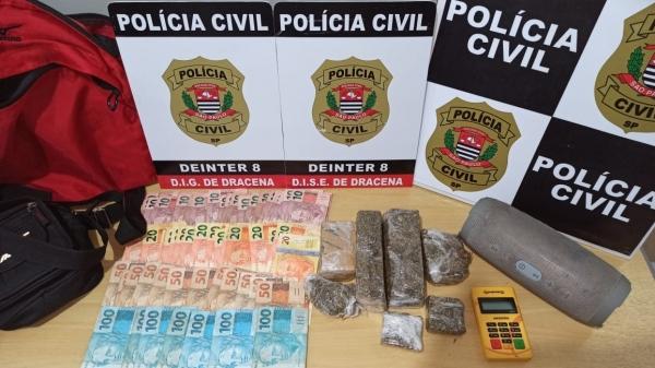 A máquina de cartão utilizada para a venda de drogas, dinheiro e o entorpecente apreendidos na operação  (Cedida/Polícia Civil).