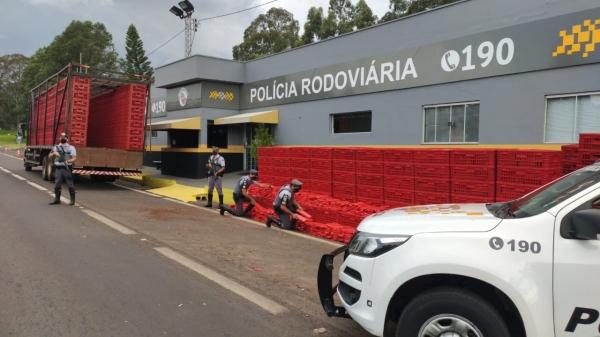 Droga estava oculta em meio a uma carga de caixas plásticas (Cedida/PM Rodoviária).