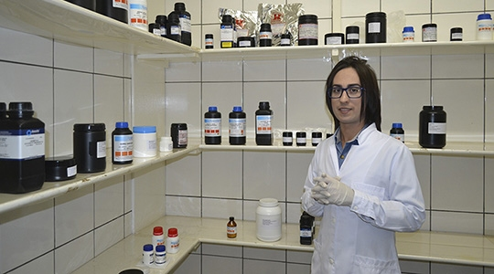 Coordenador do curso de Farmácia, Prof. Valter, convida a população para fazer uso da produção medicamentosa da Farmácia Escola (Foto: Priscila Caldeira).