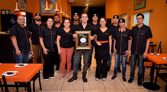 O empresário Vinícius Nogueira exibe o certificado Guia Garfo de Ouro, com a equipe do Tio Panda Adamantina (Fotos: Maikon Moraes).