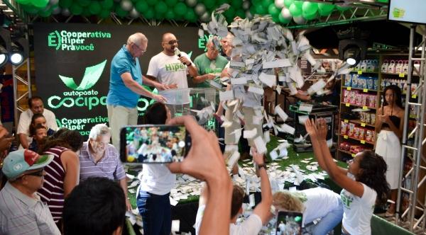 Último sorteio da campanha Hiper Cliente Feliz foi realizado neste domingo, fazendo 15 ganhadores. Foram sorteados 12 vale-compras de R$ 400, duas motos e uma picape Fiat Toro (Foto: Maikon Moraes).